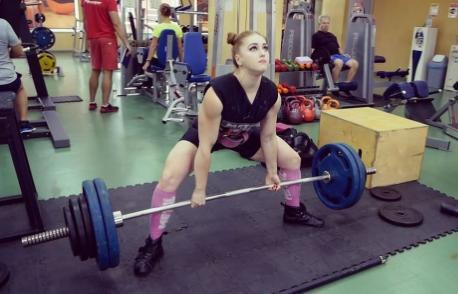 健身界的金刚芭比,硬拉超过360斤,敢让她捶你胸口么-金融微周刊