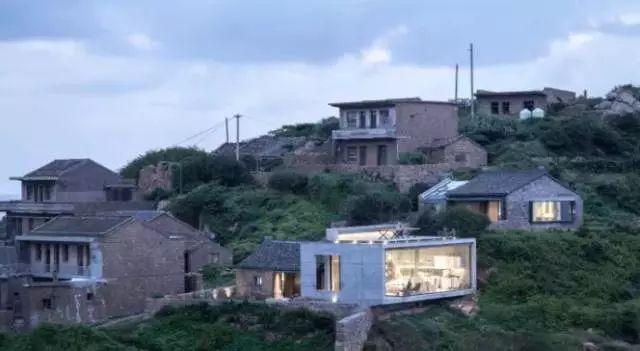 男神吴彦祖被带到无人村,开挖掘机、做苦力……31天后,所有人都被改造的海景房惊艳了-金融微周刊